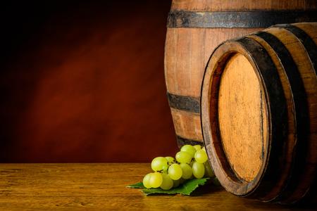 grapes: barriles de vino y las uvas Foto de archivo
