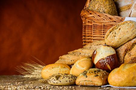 Corbeille à pain et chignon en nature morte traditionnelle sur table en bois avec grain et blé et farine