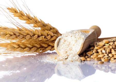 食材、小麦、小麦粉、白い背景の上の ceareal 粒 写真素材