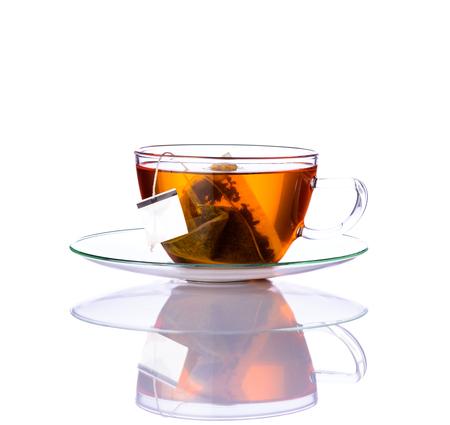 taza de té: Un vaso Taza de té con la bolsita de té aislada en el fondo blanco