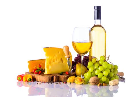 Glas und eine Flasche Weißwein mit Trauben und Schweizer Käse isoliert auf weißem Hintergrund