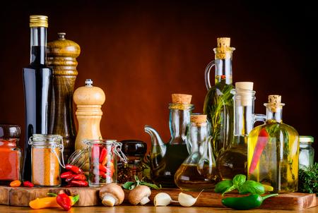 Assaisonnement alimentaire, épices, huile, vinaigre balsamique et d'autres cuisine-condiments