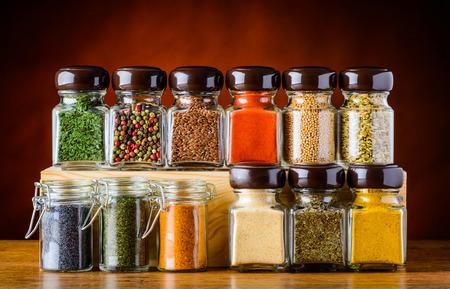 epices: Graines differnt et épices alimentaires dans les verres