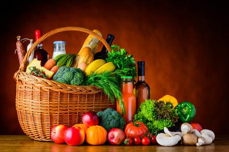 Cesta llena de vehículos comerciales, frutas, bebidas y comida.