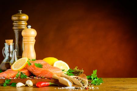 molinillo: filete de pescado con especias e ingredientes para cocinar en el área de espacio de la copia Foto de archivo