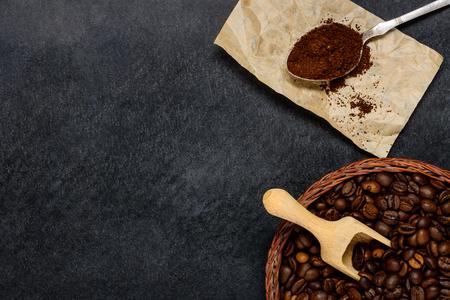 Planta de café con granos de café tostado en grano y área de copia espacio