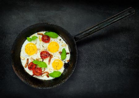 huevos estrellados: Huevos fritos con verduras en la cocina Pan