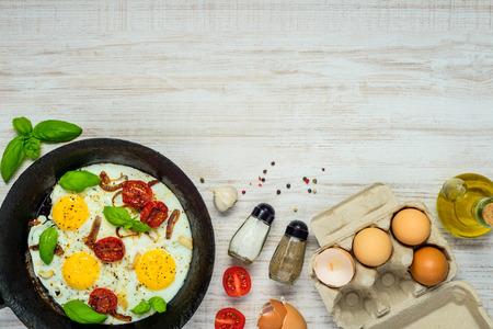 huevos estrellados: Huevos fritos con ingredientes de cocina y área de copia espacio Foto de archivo