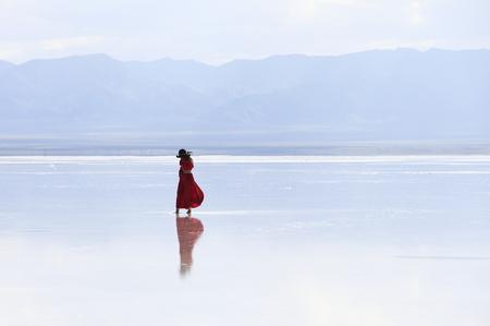 a woman on salt lake 版權商用圖片 - 103997944