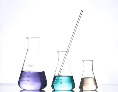 hypothesis: aparatos de laboratorio de vidrio con agua de color Foto de archivo