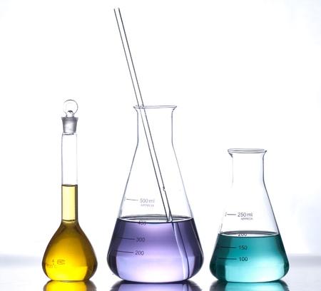 ipotesi: apparecchiature di laboratorio in vetro con acqua di colore Archivio Fotografico