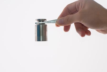 etalonnage: Les poids de calibrage sur pincettes Banque d'images