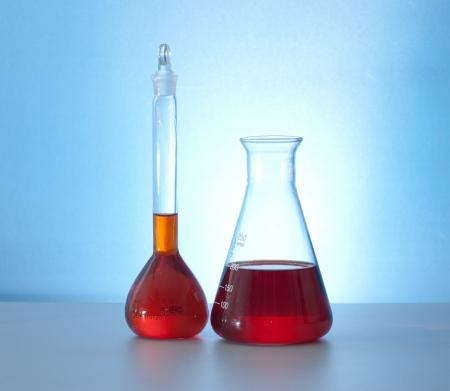 hypothesis: aparatos de laboratorio de vidrio con agua de color rojo Foto de archivo