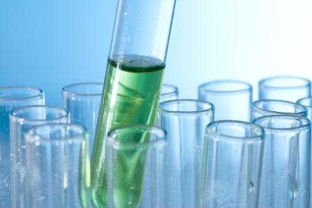bureta: Un tubo de ensayo con agua de color Foto de archivo