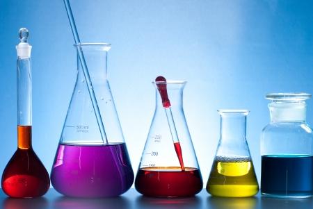 hip�tesis: aparatos de laboratorio de vidrio con agua de color Foto de archivo