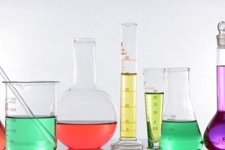 hipotesis: aparatos de laboratorio de vidrio con agua de color Foto de archivo