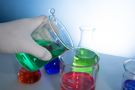 bureta: un cient�fico de hacer experimentos con aparatos de laboratorio de vidrio