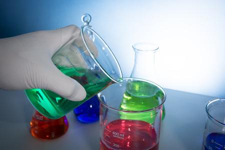 bureta: un científico de hacer experimentos con aparatos de laboratorio de vidrio