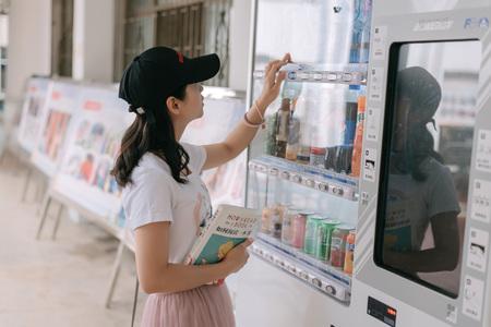 Girls at the vending machine Redactioneel