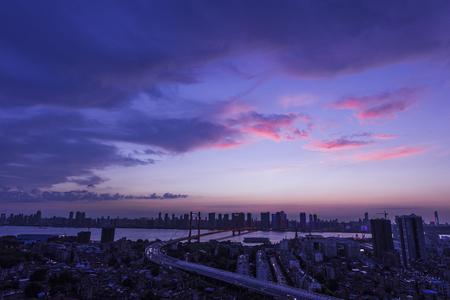 夜明けに都市都市の眺め
