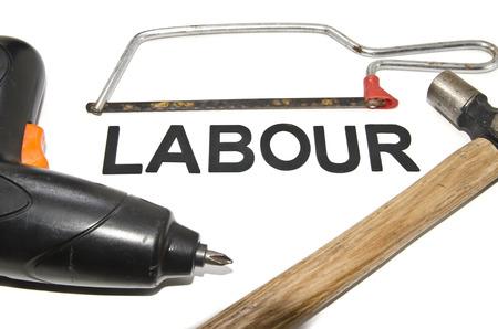 serrucho: concepto de imagen de mini taladro martillo viejo y mini sierra de mano con mano de obra palabra aislada fondo blanco