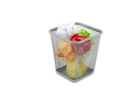 groen, rood, wit en geel verfrommelt papier op metaal dustbin.isolated witte achtergrond Stockfoto