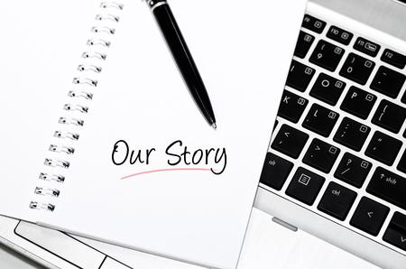 概念的なイメージは、白いメモ帳に私たちの話単語。黒ペンとノート パソコンの背景