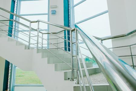 Close-up schot, spiraal trap en roestvrij handbedekking van het moderne gebouw