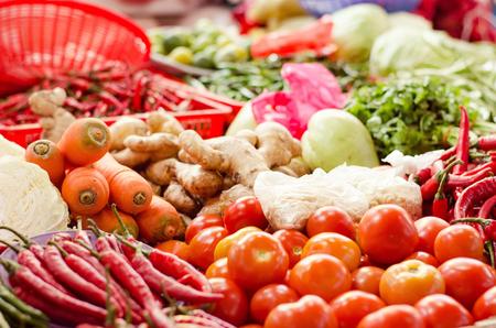 mix groente schikken op plaat en verpakt te koop bij verse marktkraam. selectieve focus shot