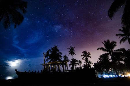 silhouet verlaten schip 's nachts met ster achtergrond. lawaai en graan als gevolg van natuur schot Stockfoto