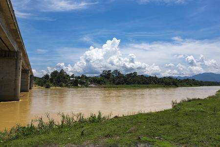 시골 풍경, 철도 다리 건너 Sungai 페 락 강 Perak 상태, 말레이시아에있는