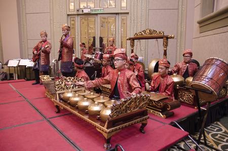 KUALA LUMPUR, MALEISIÃ‹ 12 JULI 2017: Groep Maleis met songket die Gamelan-orkest en modern muziekinstrument op hotelstadium uitvoeren