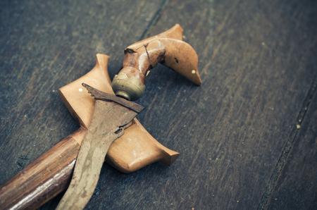 말레이시아 전통, 골동품 말레이 대거 또는 Keris 나무 바닥에. 스톡 콘텐츠