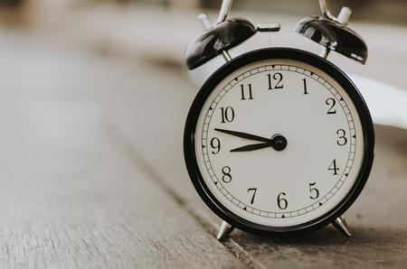Surface de réveil vintage à gauche pour le texte, idéal pour la notion de mesure du temps qui passe, des délais et de la gestion du temps