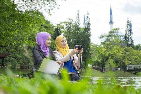 giovane bello stile di vita di muslimah che gode dell'amicizia e discute della fotografia che sparano insieme