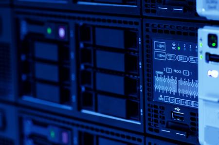 Serverstack mit Festplatte im Rechenzentrum