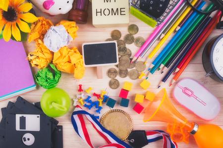 Flache Draufsichtaufnahme, verstreuter Home-Office-Arbeitsplatz oder Schreibtischkonzept mit Zubehör und Schreibwaren Standard-Bild