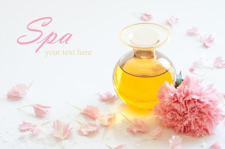 aromatický: Láhev vonná esence oleje s růžovou karafiátu květ Reklamní fotografie