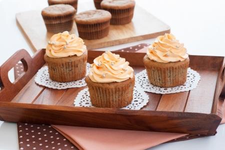 Cupcakes dessert with butter cream swirl topping and sugar pearls decoration  免版税图像
