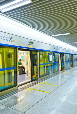 청두, 중국에서 지하철 인테리어입니다. 사진 2011 년 5 월 6 일에 찍은. 에디토리얼