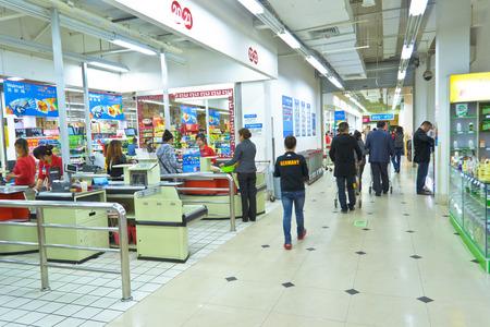 walmart: gente de compras en el supermercado de Walmart en Chengdu, china.Photo se toma el 06 de noviembre 2011.