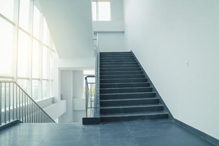 salida de emergencia: escaleras en la oficina