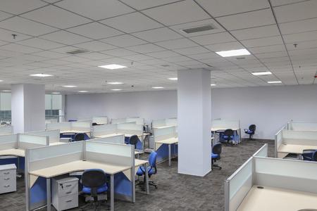muebles de oficina: moderno interior de la oficina con mesa y escritorio Editorial