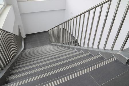 Treppen im Büro Standard-Bild