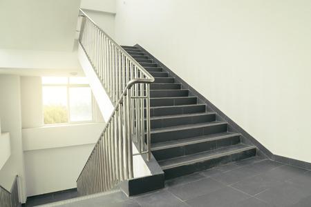 bajando escaleras: escaleras en la oficina