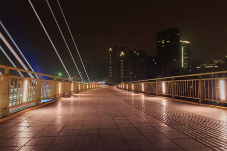 moderne br�cke: moderne Br�cke bei Nacht