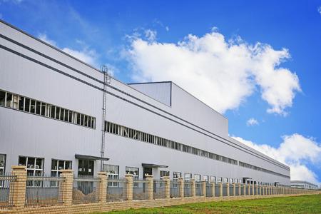 edificio industrial: blanco moderno edificio de la fábrica Editorial