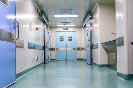 salida de emergencia: pasillo en el hospital Editorial