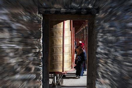 中国のチベット寺、黄金経典にタワー 2107 年 5 月 2 日、人々。