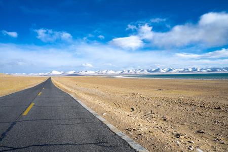 ナムツォ湖、チベットでは高速道路、道路 写真素材